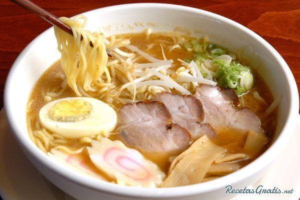 Más Recetas en https://lomejordelaweb.es/ | Aprende a preparar ramen con esta rica y fácil receta.  El ramen es un plato popular de de la gastronomía japonesa y consiste en una sopa de fideos sazonada con sals