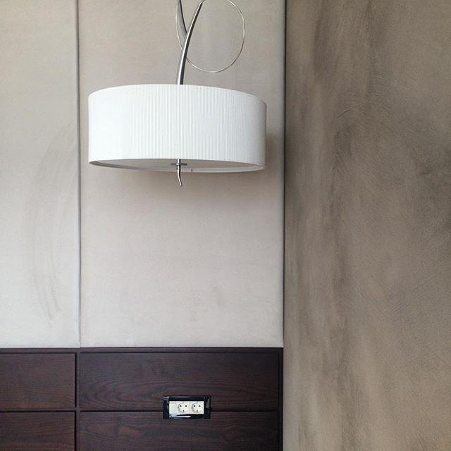 Уютная и спокойная #спальня... #шпондерева#тканевыепанели от @veranodesign.ru #декоративнаяштукатурка #valrena#oikos by @stroydecor86