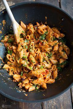 Pasta mit Tomaten, Ricotta, Paprika & Oliven