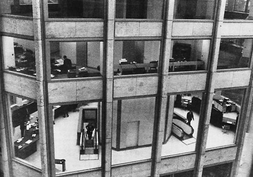 Alison and Peter Smithson, The Economist Building (The hall of the bank building seen from the office tower), London, England, 1959-1965