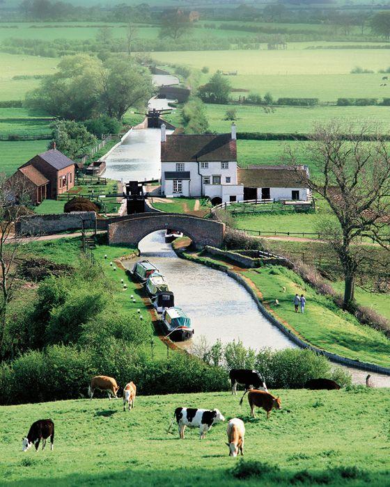 イギリスの水路で一番美しいと言われるオックスフォード運河。テムズ川とイングランド中部のコベントリーをつなぎ、コッツウォルズ地方の東側をゆったりと流れる。写真:nagelestock.com/Alamy