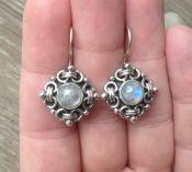 Zilveren oorbellen gezet met ronde regenboog Maansteen