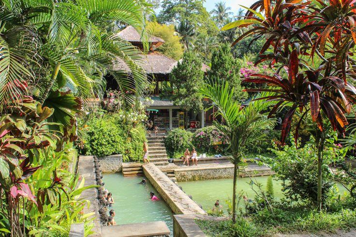 Banjar ist ein kleiner Ort in den Hügeln oberhalb von Lovina. In mitten eines tropischen Gartens befindet ein Naturbad, das von einer Schwefelquelle...