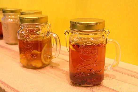 紅茶文化が上流階級に独占されていた頃、39歳のトーマス・リプトンが「すべての人が品質の良い紅茶を気軽に楽しめる世の中を創りたい」と紅茶事業に乗り出した。そして125年以上が経ち、今や125カ国で「紅茶といえばリプトン」と言われる世界ナンバーワンブランドに。そのリプトンがこの冬、紅茶の新しい楽しみ方を提案する期間限定ショップ「Good in Tea Stand」を、渋谷モディの1階にオープンした。