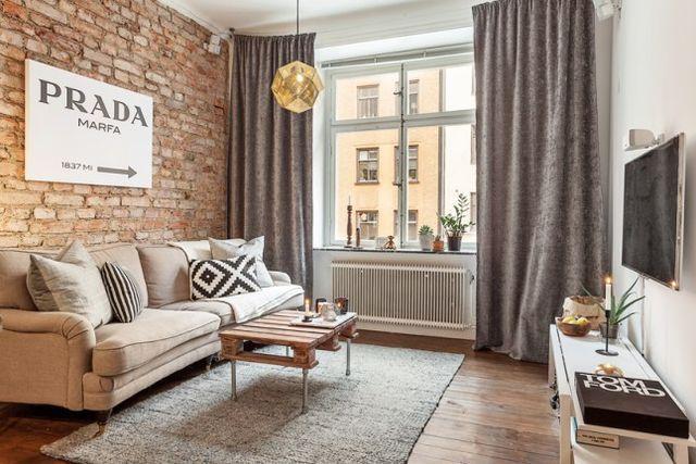 Rien de très remarquable dans ce classique appartement de deux pièces de 45m², si ce ne sont ces briques anciennes occupant le mur principal, et qui font tout l'intérêt de ce petit appartement au plan