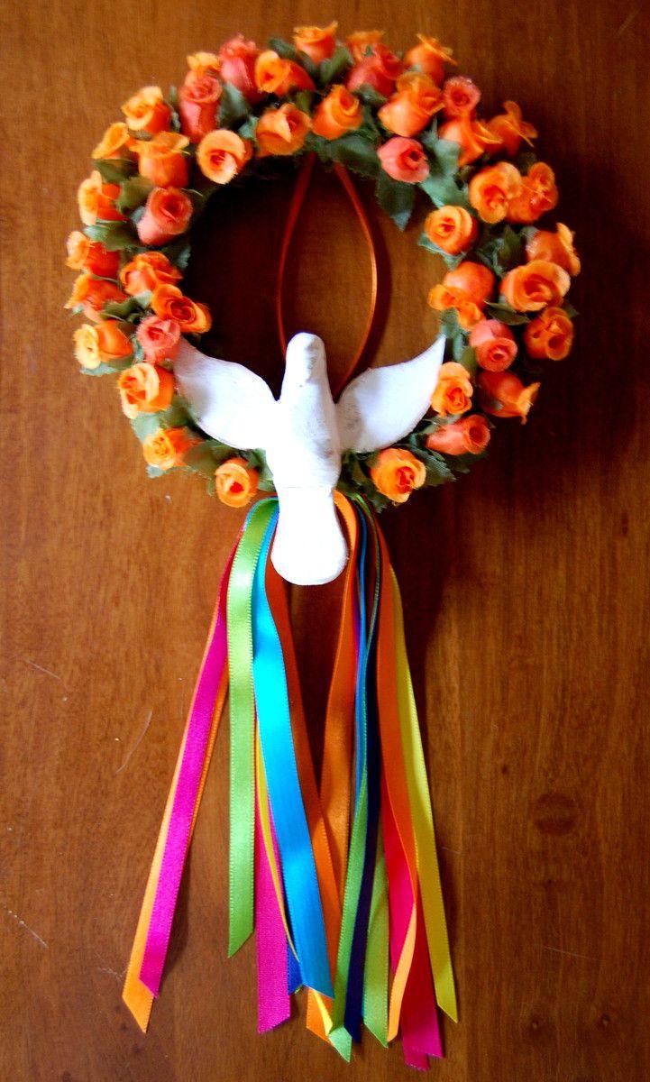 Charmosa mini guirlanda, forrada com barbante e pequenas flores e enfeitada com divino de madeira e fitas coloridas.    Cor: laranja.    Diâmetro aproximado da guirlanda: 15 cm