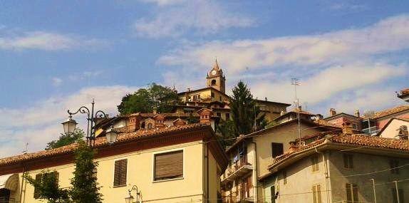 Monforte d'Alba: Dit Piemontese dorp met 1920 inwoners heeft een lange geschiedenis. Er zijn zelfs sporen gevonden van nederzettingen die dateren uit het Neolithicum en fragmenten uit de Romeinse tijd. Het dankt zijn naam aan een ommuurd Middeleeuws kasteel dat gebouwd werd op de top van de heuvel. Helaas, van dit kasteel is ondertussen niets meer te zien.  Lees verder op http://blog.huizenjacht-italie.com/#post42