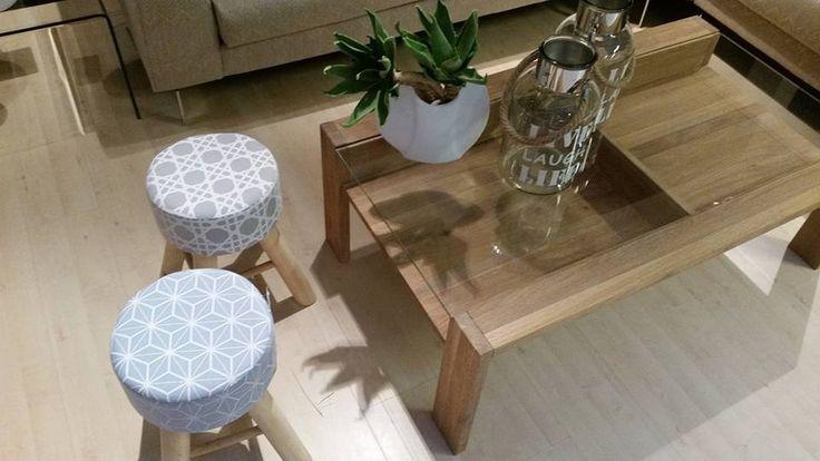 Urocze stołki do przedpokoju w pastelowych kolorach. Stołki z tapicerowanym siedziskiem, który zapewnia komfort podczas siedzenia.
