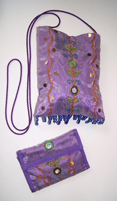 Schoudertas + portemonnee van Satijn LICHT PAARS LILA  met spiegeltjes, kraaltjes en bloemen uit India - Long strap purse + matching purse Satin mirrored SOFT PURPLE LILAC with beads and flowers, India