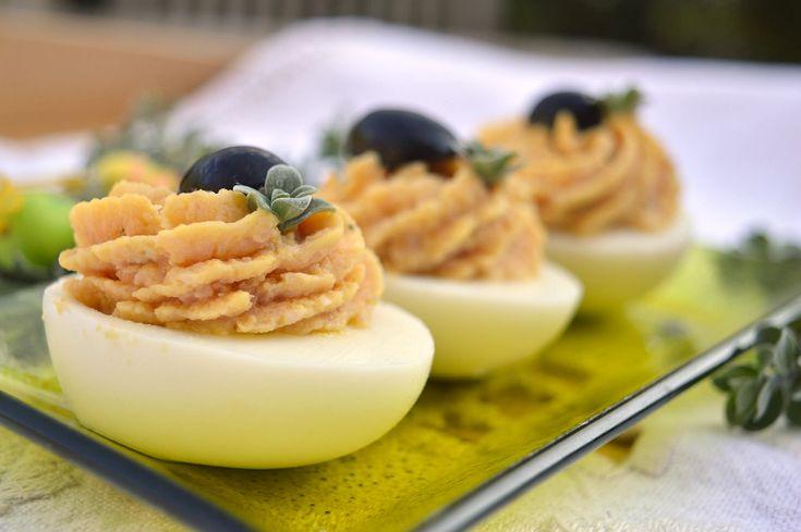 Per un antipasto da invito o un secondo diverso dal solito, prepara la ricetta delle uova sode ripiene di prosciutto Bimby. Perfette per feste e buffet