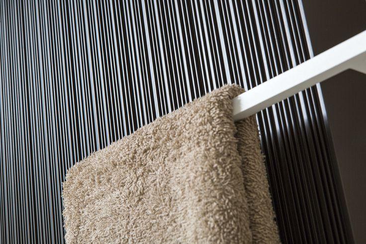 Stijlvolle design radiator met handdoekbeugel.