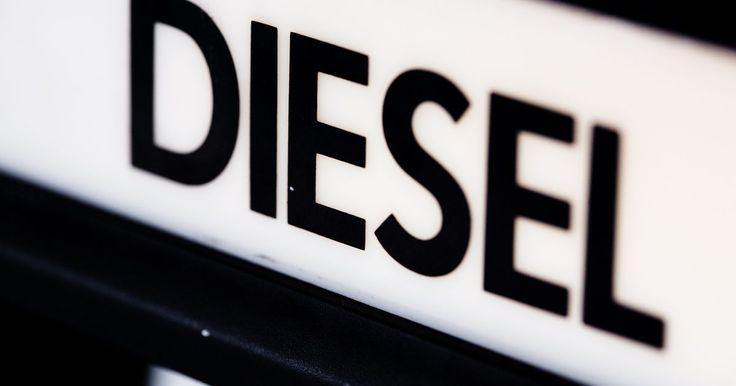 Como limpar manchas de óleo diesel. O óleo diesel, por vezes, se derrama, não importa o quanto tomamos precauções para que isso não aconteça. Isso é lamentável, uma vez que ele pode causar manchas permanentes no concreto, poluir reservatórios de águas subterrâneas e estragar roupas. O óleo é difícil de limpar e possui um cheiro muito desagradável. A melhor maneira de lidar com um ...