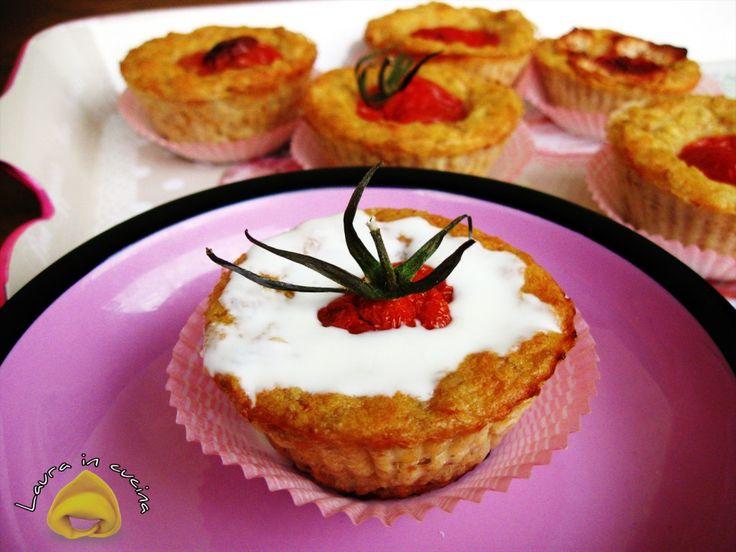 Oggi muffin d'avena con pomodorini, una ricetta gustosa per dei sani e coreografici antipasti anche per i prossimi pic nic o pranzi all'aria aperta con amici.
