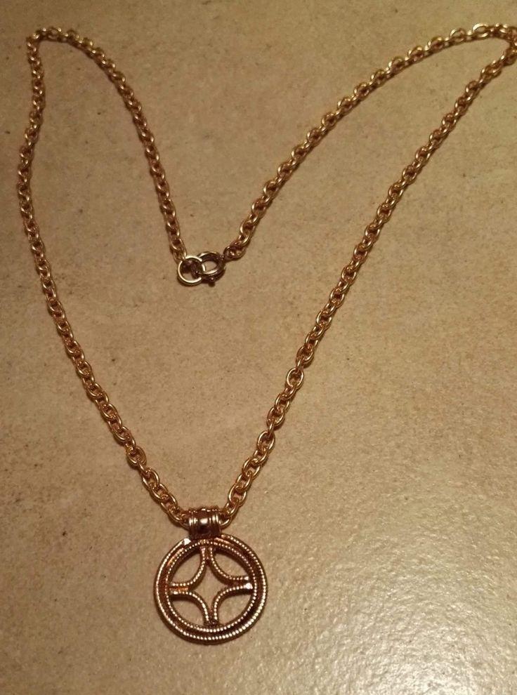 Soltegn med kæde.  Bronze 150 kr