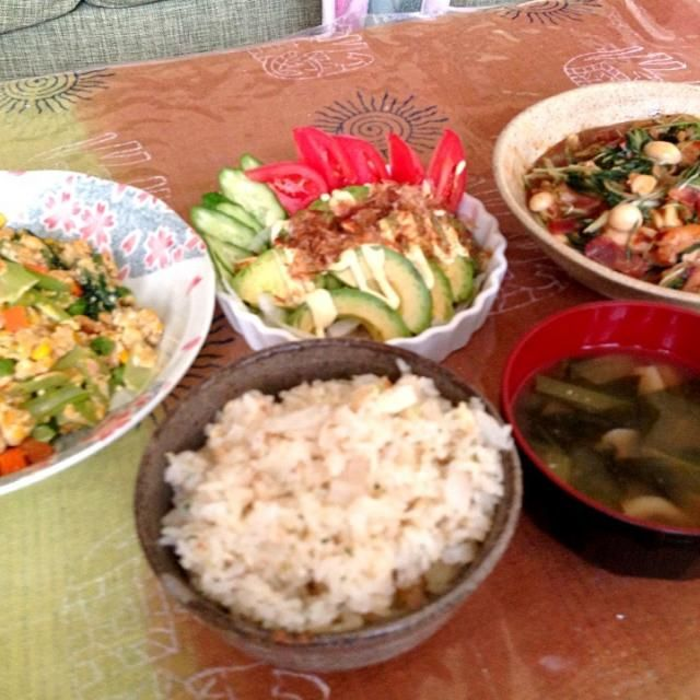 生姜をすったものと、千切りのもの、たっぷり使って炒め物しました 冷え性なんで、生姜たっぷり料理は大好きです☆*:.。. o(≧▽≦)o .。.:*☆ 大根飯もサッパリで、旨味すごい出てるから美味しかったぁ(=゚ω゚)ノ❤ - 7件のもぐもぐ - 小松菜とミックスベジタブル、ツナの卵炒め✨水菜と鳥ももベーコンの生姜炒め✨新玉ねぎとあぼかどのサラダ✨ほうれん草と揚げの味噌汁✨大根飯 by aiedy