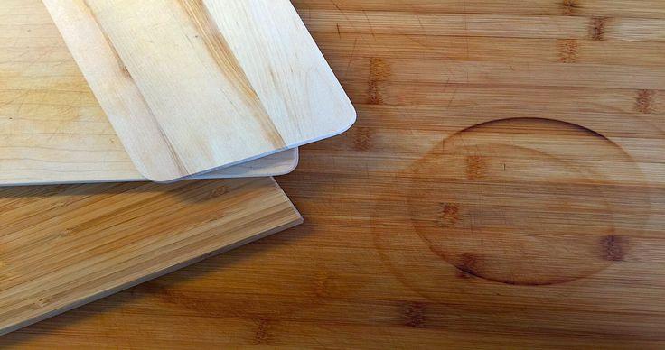 Bevor überhaupt irgendetwas gekocht wird, zeigen wir Euch was es unserer Meinung nach in der Küche unbedingt braucht. Und zwar ein Holzbrett.