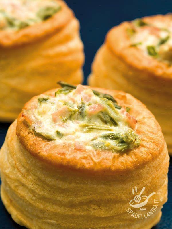 I Vol-au-vent con crema di asparagi e prosciutto sono degli stuzzichini che fanno da antipasto o che possono essere presentati a un brunch o buffet.