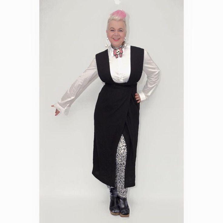 Minimalist Monday. #whatiwear #myoutfit #myoutfittoday #popupstyling #styling #stylingadvice #fashion #vintagefashion #vintage #vintagewear #womenwear #fashionista #vintagefashionista #pompadourandvintage #pompadour #fashionblogger #styleblogger #50plus #fiftyup #50up #beautiful #style #beauty #stunning #gorgeous #clothes #vintageclothes #amazing #cool #whatiwore