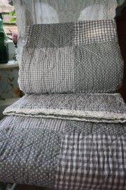 vrolijke quilt met grijze  ruitjes, stippen en kantje