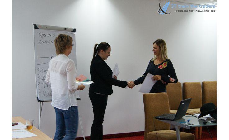 Gratulujemy ukończenia szkolenia :)  Certyfikat z ramienia B&O Navigator wręcza Agata Sobkowska