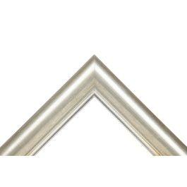 Ample Silver Sterling är en stilren ram med sin sobra färg i silver. Toppen är laserad och resten är i förgylld silver. Ramen har en blank framkant mot bilden för att ge fina skiftningar och nyanser. Silver som är en neutral färg, passar vanligtvis bra till flera olika typer av inramningar. Den ljusa färgen i silver, gör att den passar extra bra till inramningar av lite mörkare färger. Hög kvalité och svensk tillverkning av svensk furu. Ett miljöval. Bredd: 38 mm. Höjd: 20 mm. Falsdjup: 9…