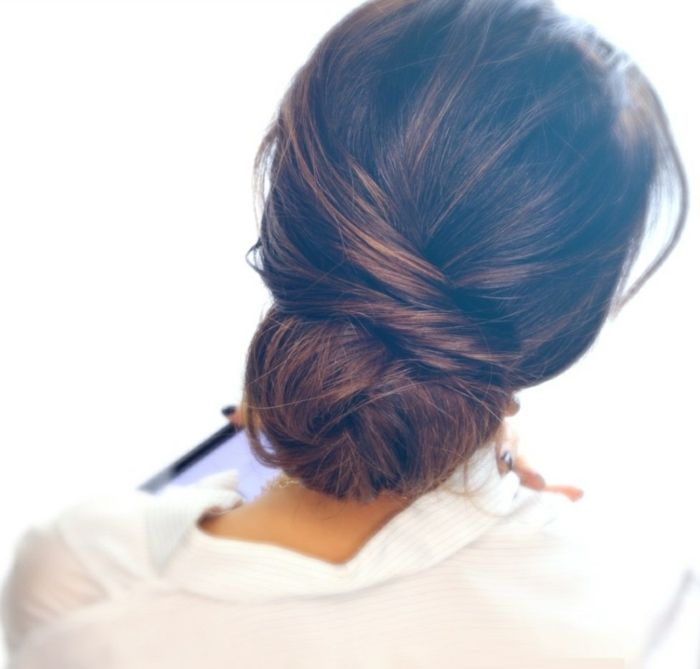 Une couronne de cheveux torsadés coupe cheveux mi long femme