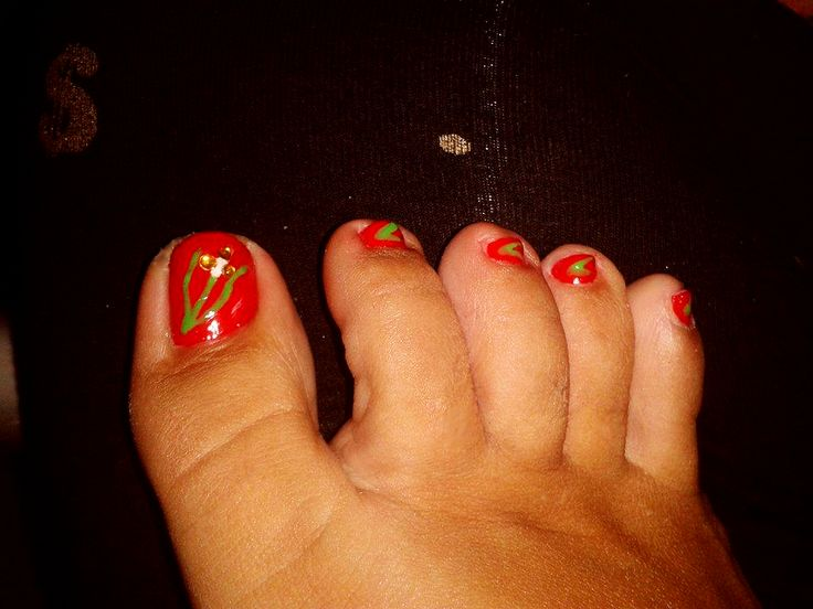 Red nails with flower & leaves
