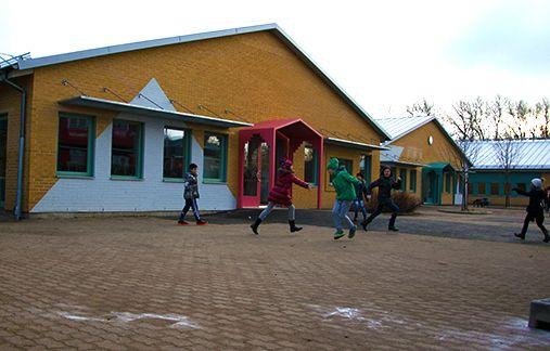 Barn som leker Kyrkbyskolans skolgård