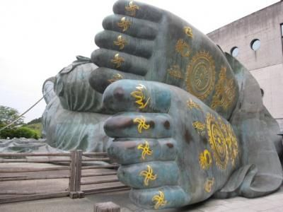 I love the feet of the Sasaguri/Nanzoin reclining Buddha!  Out and about! :)...