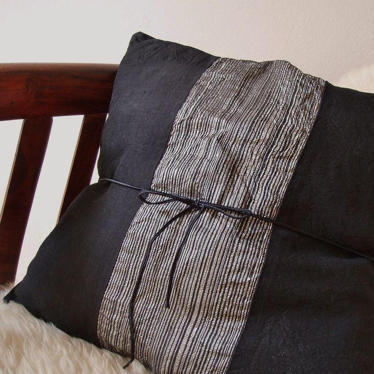 Černý Potah na polštářek ušitý z viskozového hedvábí. Zapínání vzadu na skrytý zip. Vhodný pro náplně 40x40 cm. Doporučujiruční praní, ale potah je možno prát i v pračce - na 30°C, po rubu, jemným programem a prostředkem na jemné prádlo/ např. na vlnu/. Sušení volně na vzduchu, ve vodorovné poloze, nejlépe položené na ručníku. Žehlení po rubu na viskózu. ...