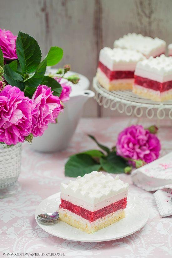 Strawberry and rose petals cake