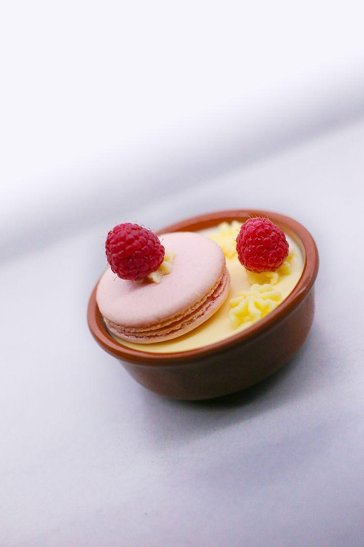 Citroencreme met een macaron gevuld met wittechocolade-mascarpone-botercreme.