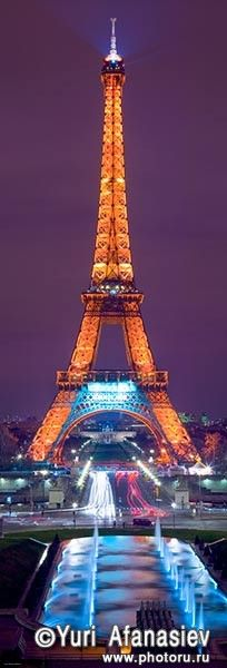 Панорама Парижа, ночной Париж, Эйфелева башня. Вертикальная панорама Эйфелевой башни.