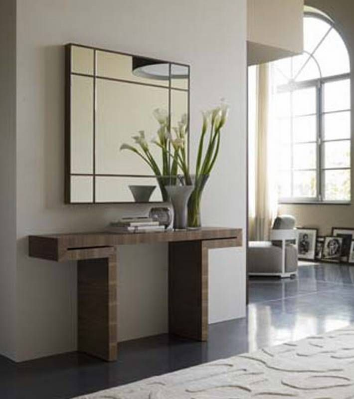 Vast tafeltje tegen muur mooi in een moderne inkomhal - Table console miroir ...