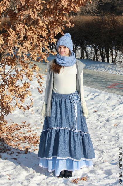 Юбка в пол джинсовая `Снежок`. Длинная юбка из джинса в мелкий горошек, похожий на белый снег :) Нижняя ситцевая юбка голубого цвета, также в горошек. Брошка в комплекте.    Единственный экземпляр.  Цена указана за комплект.