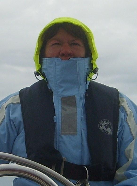 Door regen met 20 knopen wind over het IJsselmeer