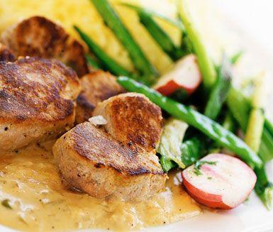 Fläskfilén bryns snabbt i stekpanna och kokas sedan ett par minuter ihop med grädde och smaksättarna senap och kalvfond. Sockerärtor och rädisor samt gärna pressad potatis serveras till fläskfilén och senapssåsen.