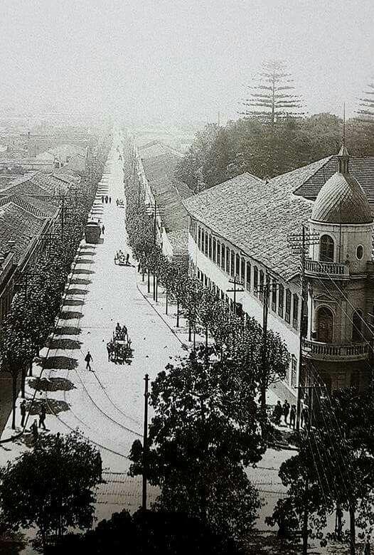 Década de 1910 - Rua São Caetano com avenida Tiradentes, região do bairro da Luz. À direita na foto o prédio histórico que em 2012 foi alvo de um grande incêndio que destruiu lojas comerciais especializadas em vestidos e acessórios para noivas.
