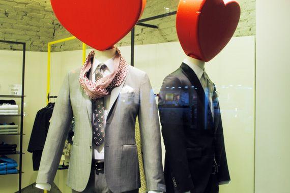 Da sinistra: abito grigio chiaro CANTARELLI, completo sposo RIONE FONTANA completo di gilet, cravatta, spilla.