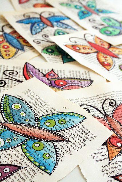 des pages de livres décorés de papillons peints : à encadrer, à utiliser comme carte postale, ... - book pages decorated with butterfly