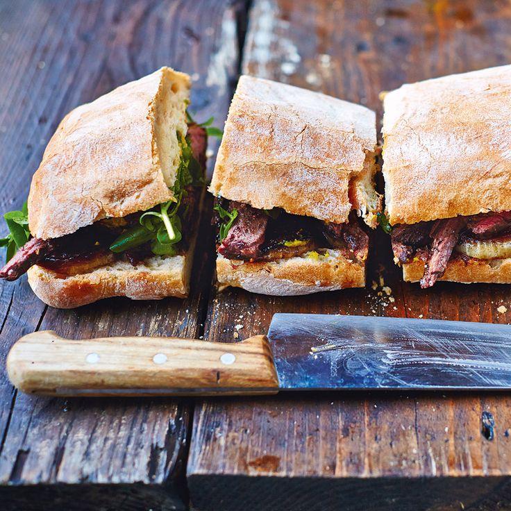 Deze steak sandwich uitJamie's Comfort Food is een echte mannenmaaltijd! Serveer met gekaramelliseerde ui en plukjes frisse waterkers