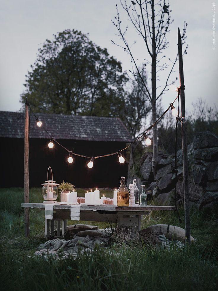 En gammal dörr som bord, och en mjuk hög av mattor, dynor och kuddar på marken bäddar för en skön kväll i de levande ljusens sken! Frida Eklund Edman, Fridasfina, för Livet Hemma