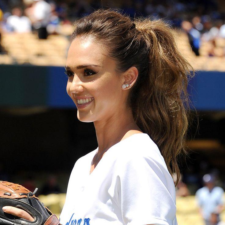 Dimanche 17 août, Jessica Alba était sur le terrain avec l'équipe de baseball des Dodgers de Los Angeles. Toujours aussi apprêtée, l'actrice affichait une jolie queue de cheval haute et wavy. Focus.