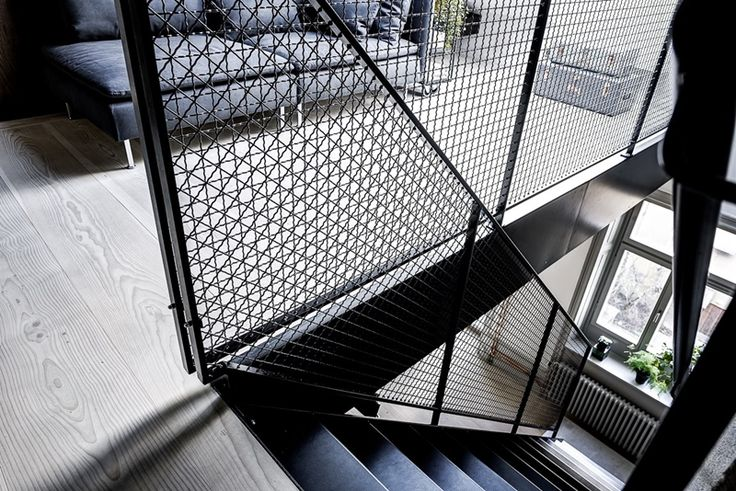 Garde-corps acier maille grillage noir - La Maison d'Anna G.: Cosy minimalism