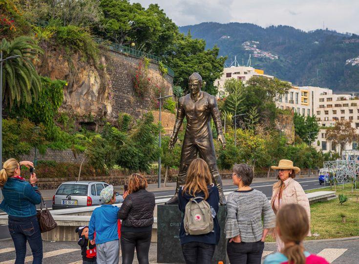En Madeira Cristiano Ronaldo tiene sus raíces y su familia, aquí comenzó su vida deportiva y la isla está tan orgullosa de él que le ha dedicado una estatua de nada menos que 800 kilos de bronce y más de tres metros de altura