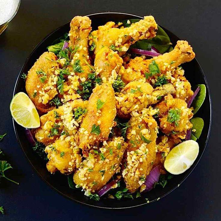 Le frango a passarinho est une entrée brésilienne à base de morceaux de poulet marinés au citron vert, roulés dans la farine et semoule de maïs, et frits.
