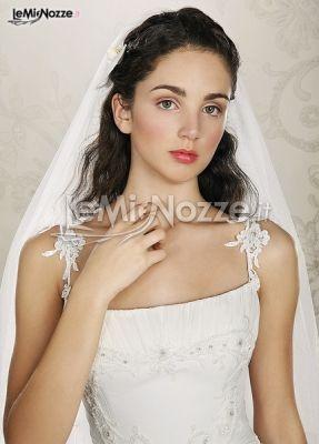 http://www.lemienozze.it/operatori-matrimonio/vestiti_da_sposa/anna_tumas/media/foto/8  Dettagli che rendono questo abito da sposa personale e dallo stile inconfondibilmente romantico; spalline con decorazioni floreali, un velo evanescente e lungo per esaltare la personalità della sposa. #matrimonio #wedding