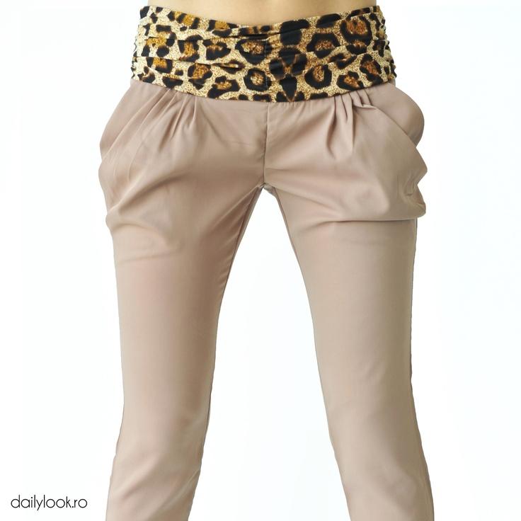 "pantaloni bej cu imprimeu ""animal print"""