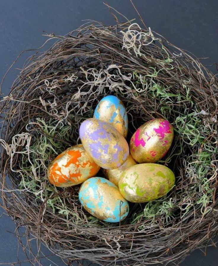 Nest aus natürlichen Materialien, wie Zweige, Moos und Gras