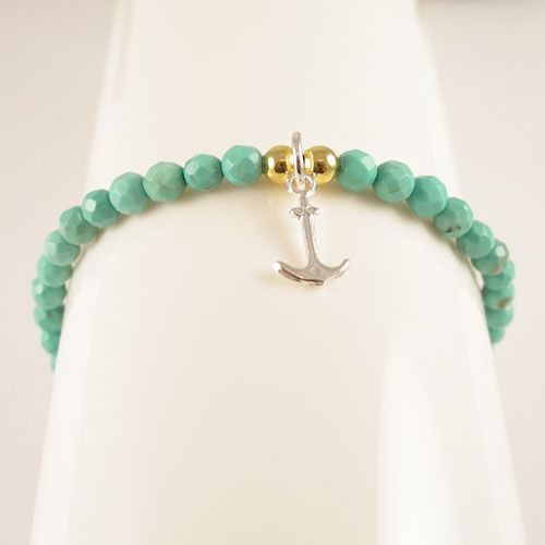 A stylish Bracelet made out of natural Turquoise (4 mm). This bracelet is beaded on elastic. To make it easier for you to combine with your gold & silver jewellery we have used a 925 silver Anchor charm and two Goldplated 925 silver beads.
